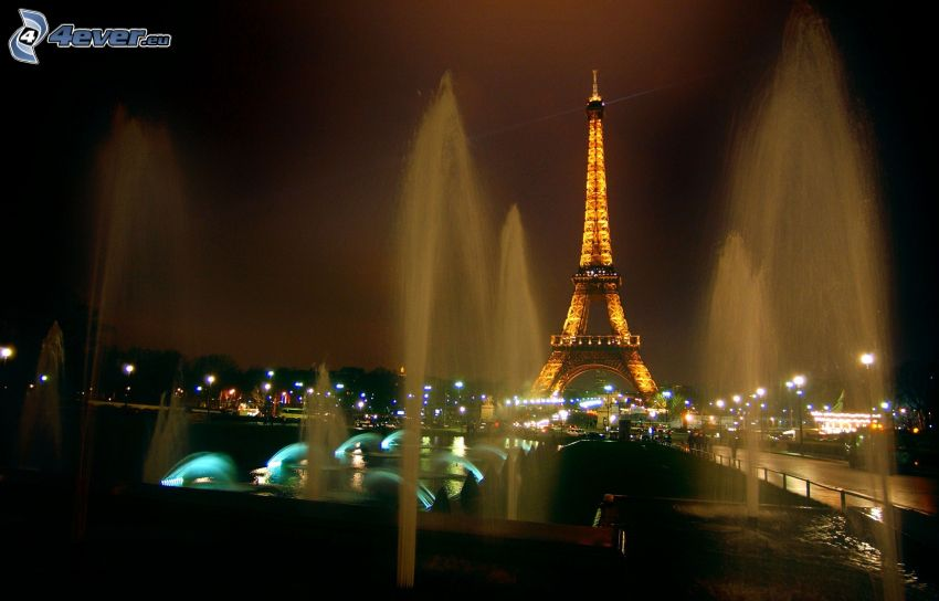 Torre Eiffel illuminata, fontana, Parigi, Francia