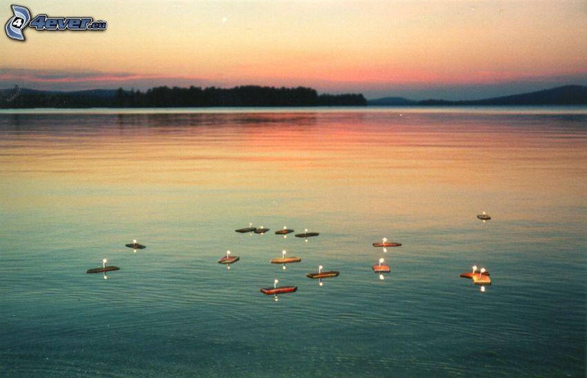 barche sul lago, candele, sera, dopo il tramonto