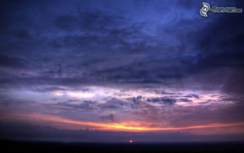 Scuro tramonto, cielo viola