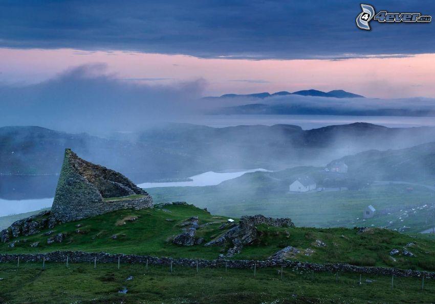 fortezza, la vista del paesaggio, nebbia a pochi centimetri dal terreno