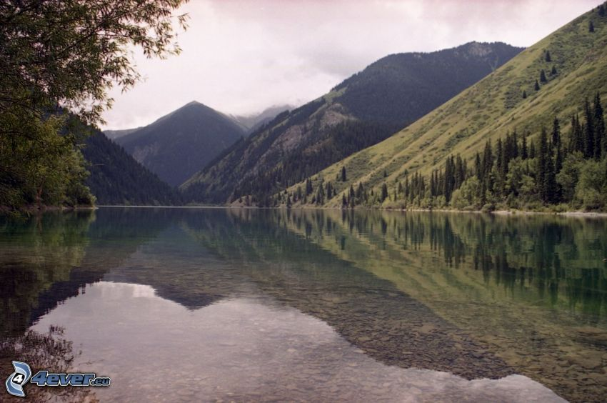 Kolsai Lakes, lago di montagna, colline