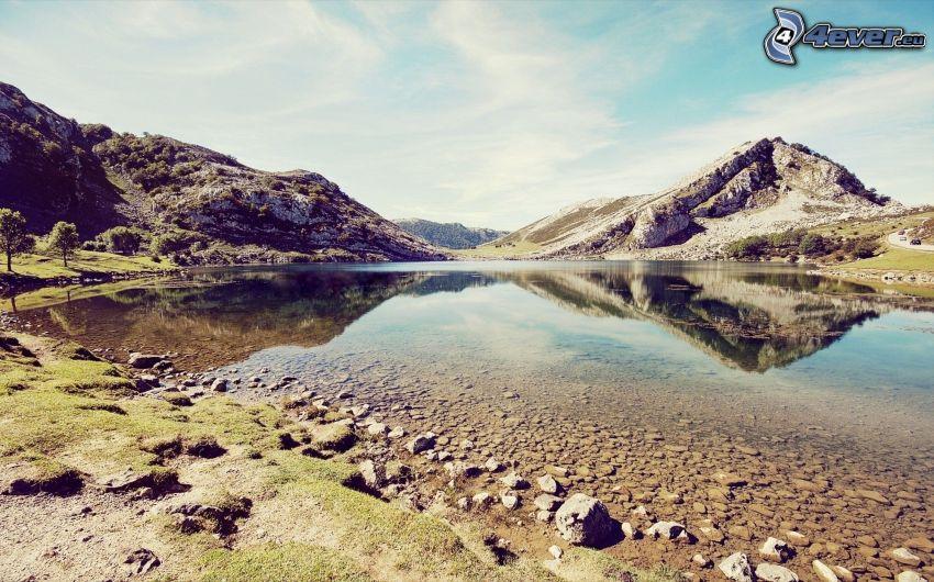 laghetto, colline rocciose