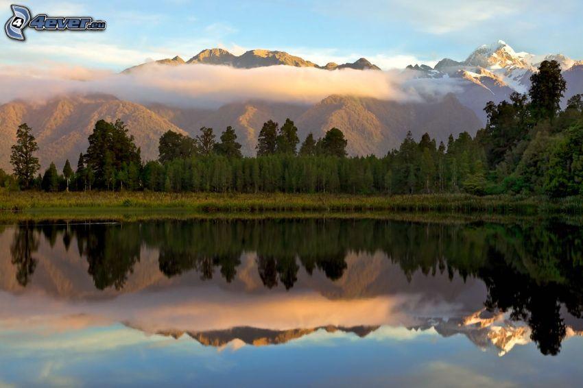 Lago nel bosco, riflessione, alberi, montagne, nuvola