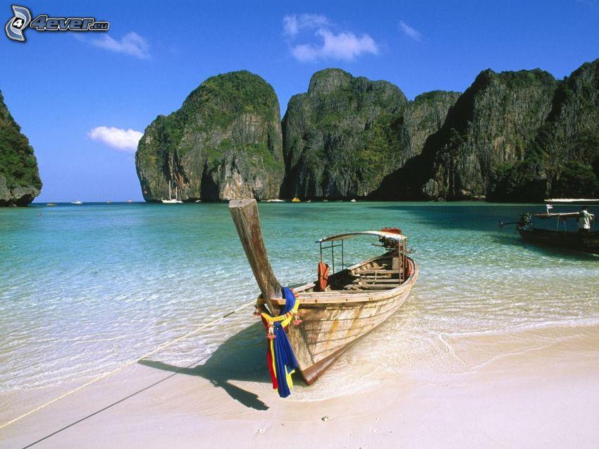 barca nella baia di Phi Phi Islands, barca di legno, Thailandia, mare azzurro d'estate, rocce
