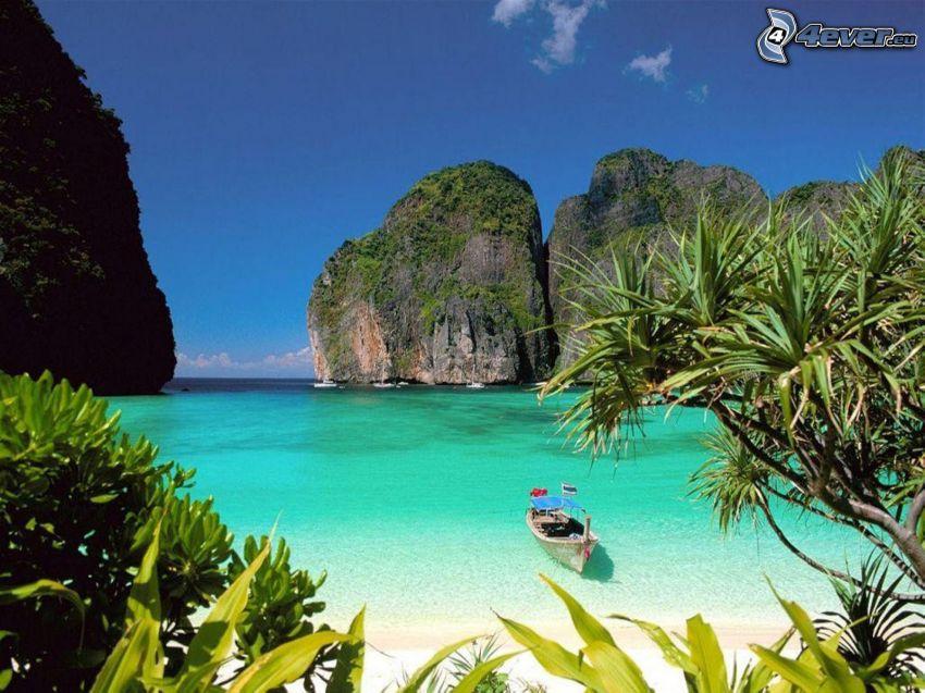 barca nella baia di Phi Phi Islands, mare azzurro, rocce