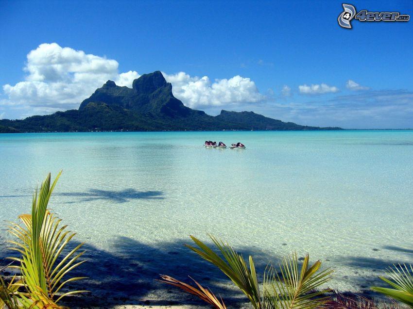 Bora Bora, montagna rocciosa, mare azzurro poco profondo