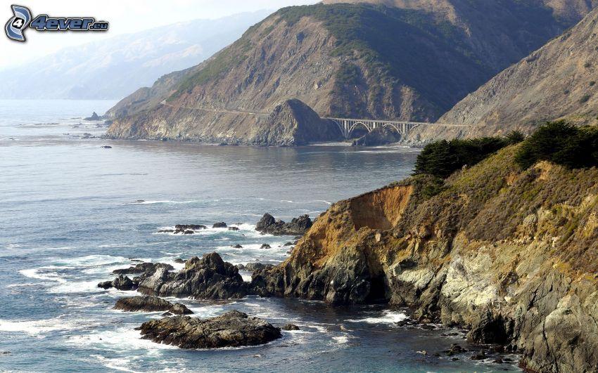 costa rocciosa, rocce nel mare, ponte