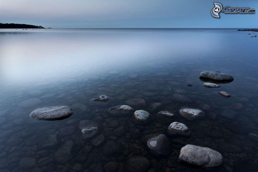 costa rocciosa, rocce nel mare