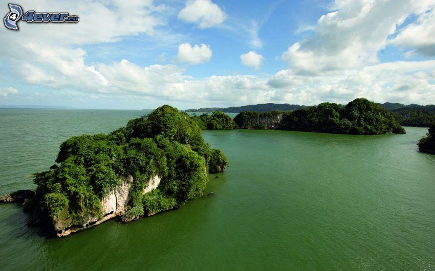 isola rocciosa, mare verde, nuvole