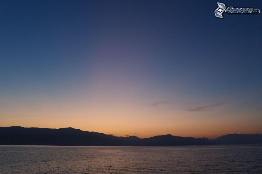 mare, montagna, cielo di sera