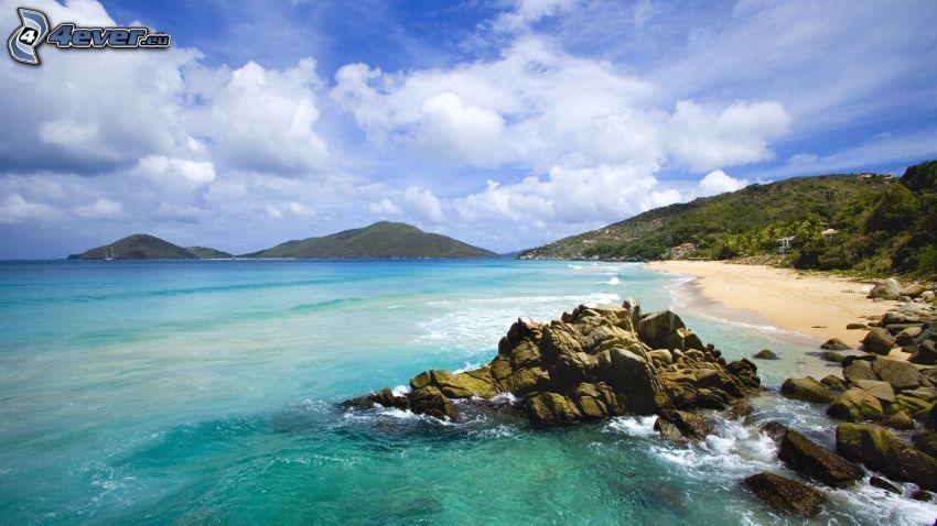 mare, spiaggia pietrosa, montagna, nuvole