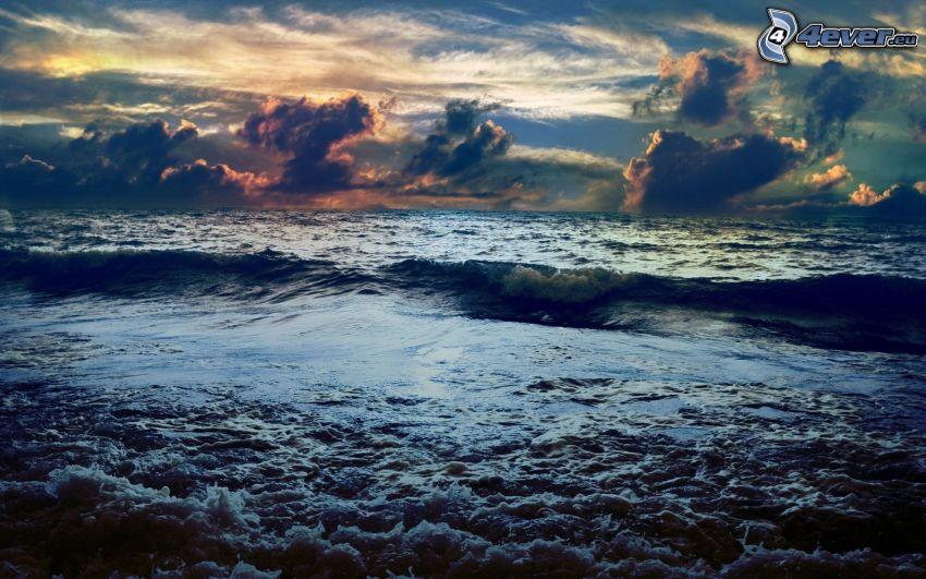 Mare in tempesta, nuvole, sera
