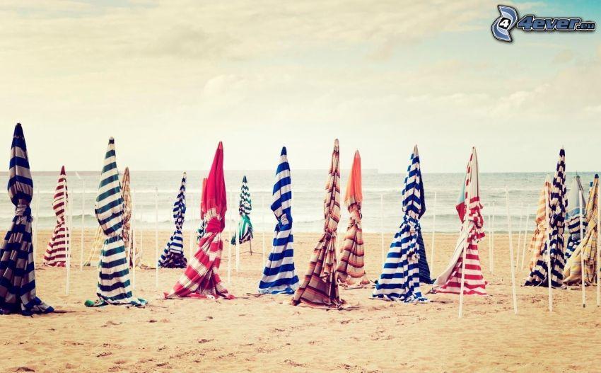 ombrelloni sulla spiaggia, spiaggia sabbiosa