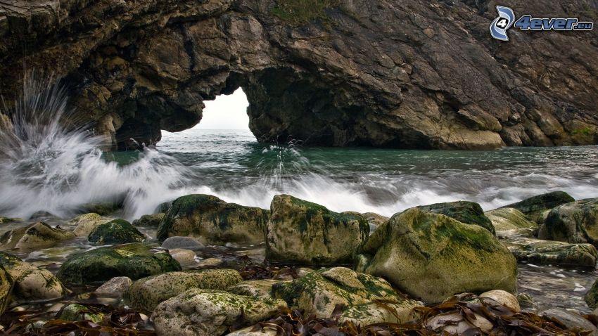 portone roccioso sul mare, onde sulla costa
