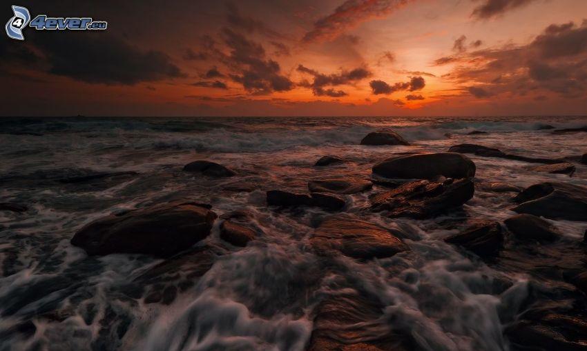 rocce nel mare, tramonto arancio sopra il mare, dopo il tramonto