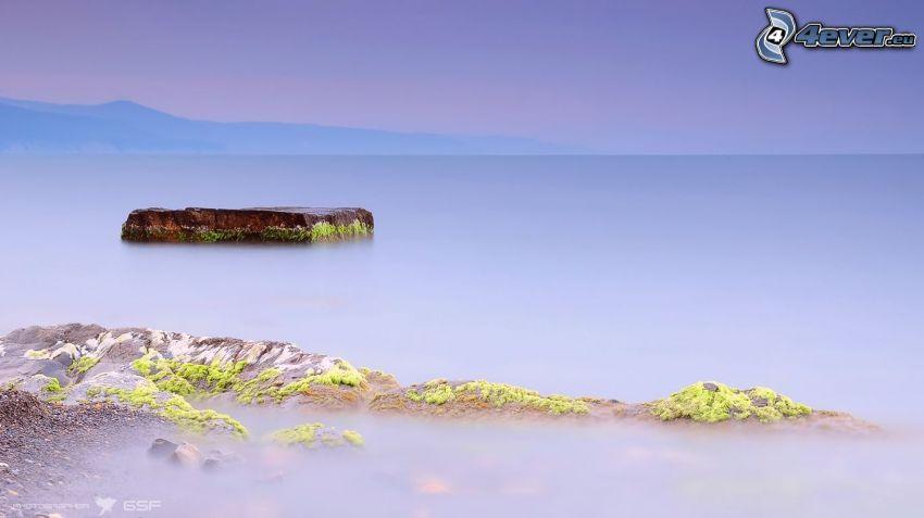 roccia nel mare