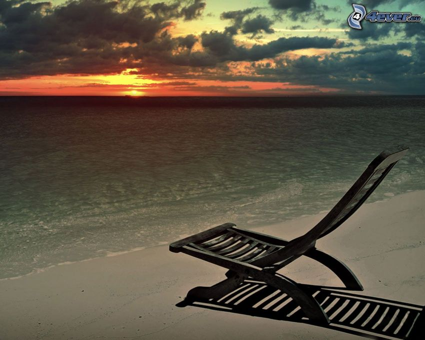 Scuro tramonto, sedie a sdraio sulla spiaggia, spiaggia sabbiosa, mare