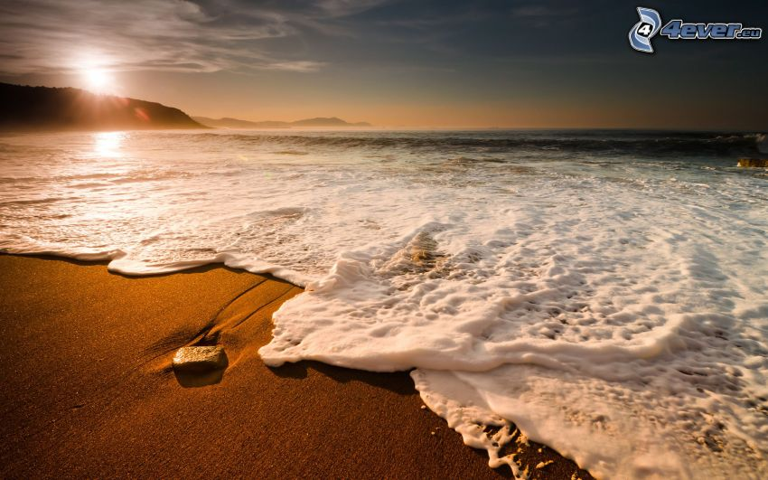 spiaggia al tramonto, onde sulla costa, mare