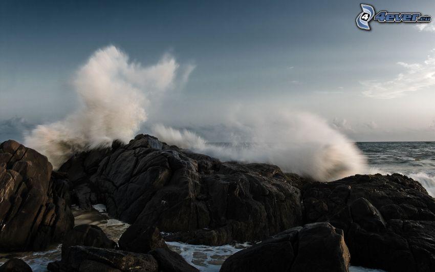 spiaggia rocciosa, Mare in tempesta
