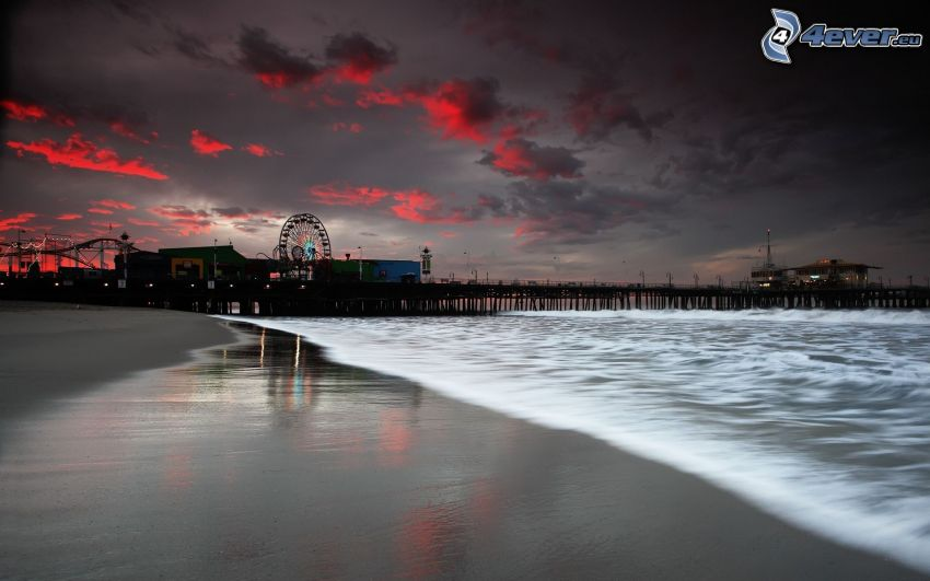spiaggia sabbiosa, molo di legno, carosello, sera