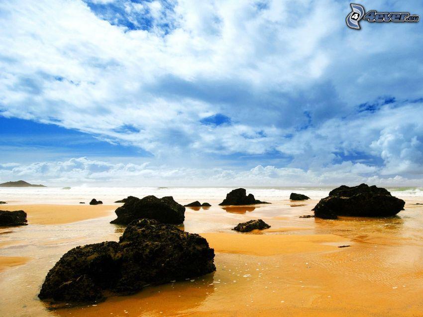 spiaggia sabbiosa, rocce, nuvole