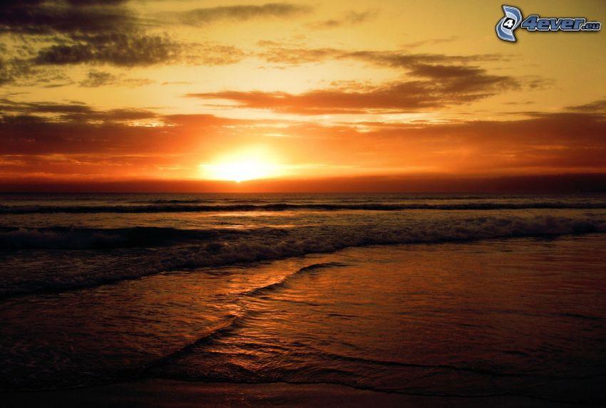 tramonto arancio sopra il mare, costa