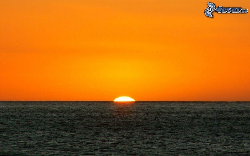 Tramonto sul mare, cielo arancione