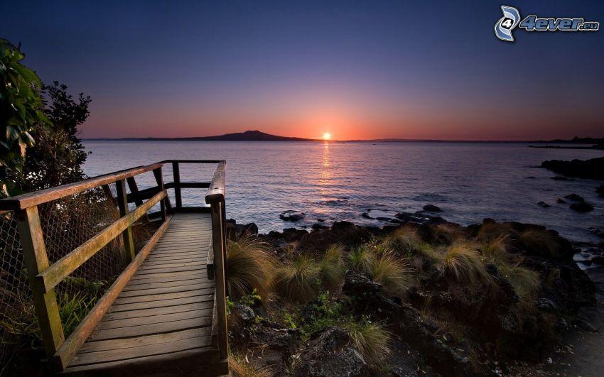 Tramonto sul mare, molo di legno, costa, isola