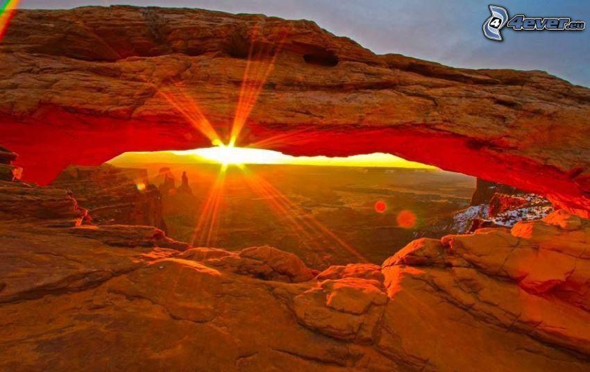 Mesa Arch, porta rocciosa, tramonto, raggi del sole