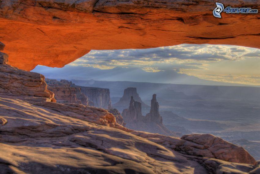 Mesa Arch, porta rocciosa, vista dalle rocce, raggi del sole