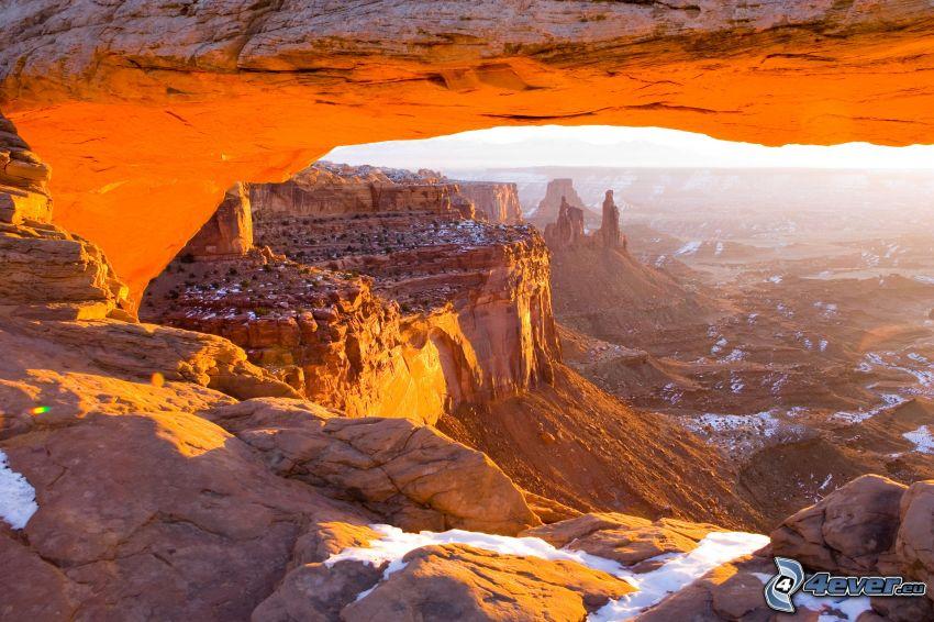 Mesa Arch, porta rocciosa, vista dalle rocce
