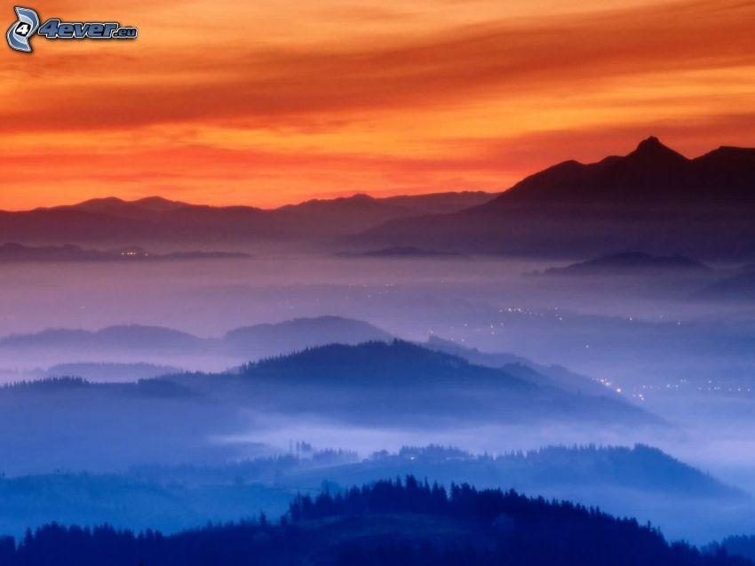 montagna, nebbia a pochi centimetri dal terreno, colline, cielo arancione