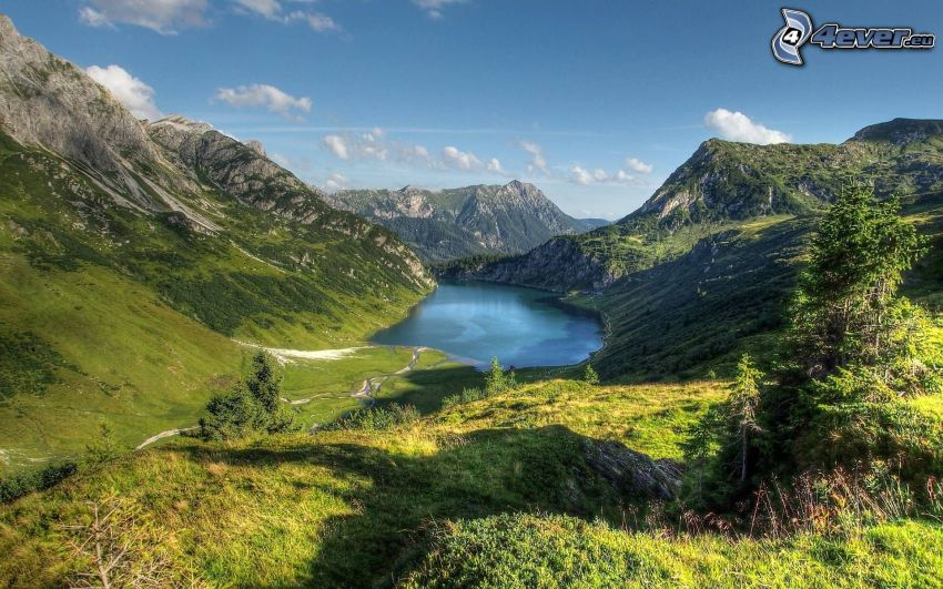 Alpi, lago di montagna