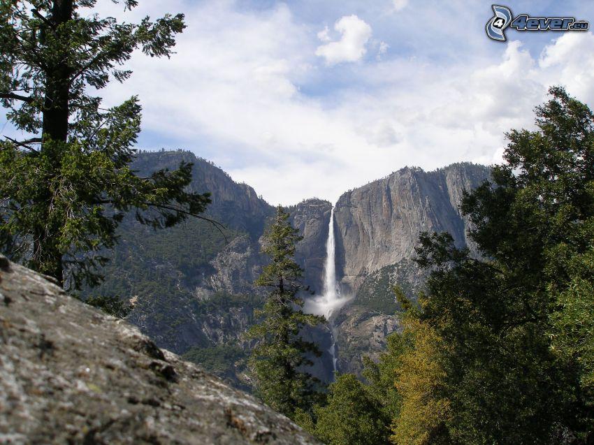 cascata in Parco Nazionale Yosemite, cascata enorme, veduta, alberi, montagne rocciose