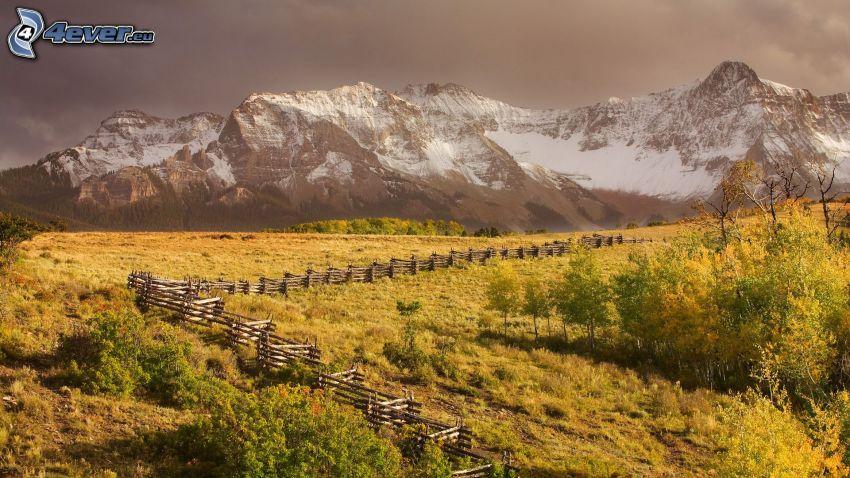 colline coperte di neve, palizzata, Alberi verdi