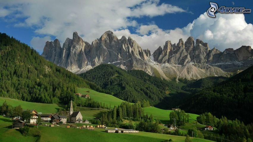 Dolomiti, montagne rocciose, bosco di conifere, chiesa, prato