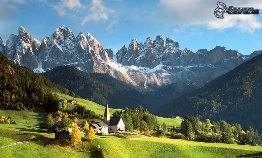 Dolomiti, montagne rocciose, chiesa, bosco di conifere
