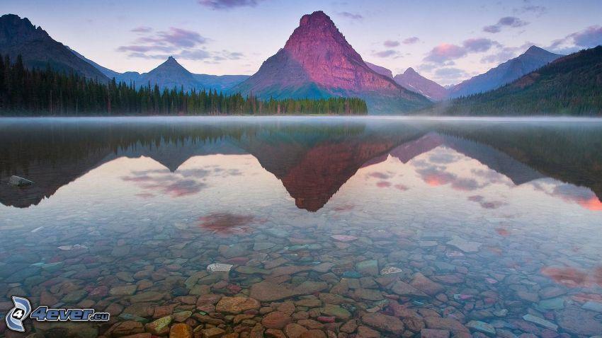 Glacier National Park, lago di montagna, montagne rocciose, nebbia sopra un lago