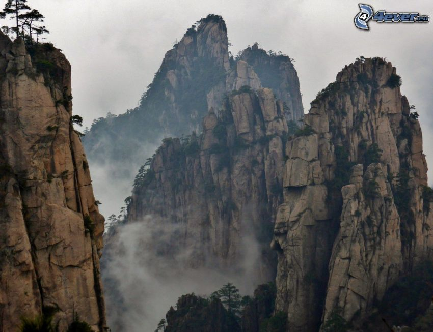 Huangshan, montagne rocciose, nebbia