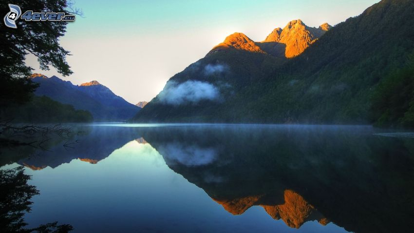lago, montagne, nebbia a pochi centimetri dal terreno, riflessione