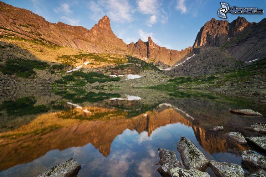 lago di montagna, montagne rocciose, riflessione