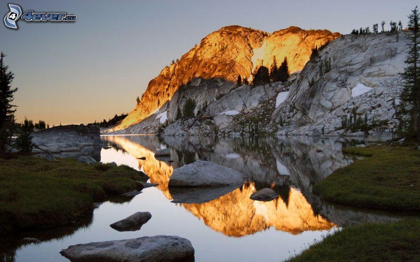 lago di montagna, rocce