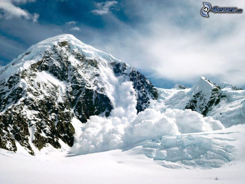 montagna innevata, valanga