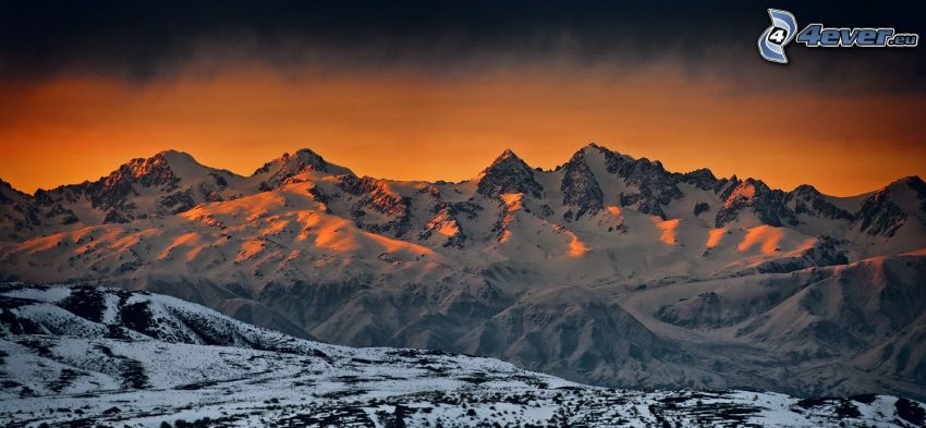 montagne innevate, levata del sole