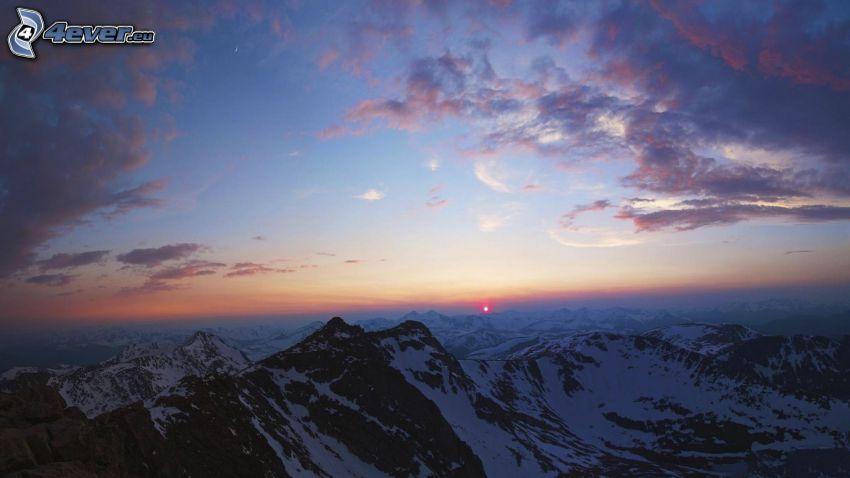 montagne innevate, tramonto, cielo di sera