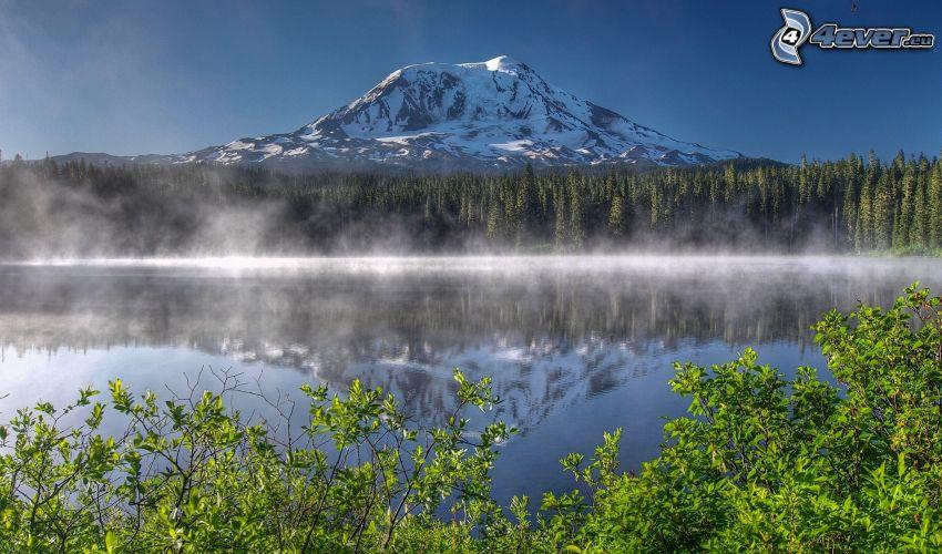 Mount Adams, montagna innevata, lago, riflessione, nebbia a pochi centimetri dal terreno