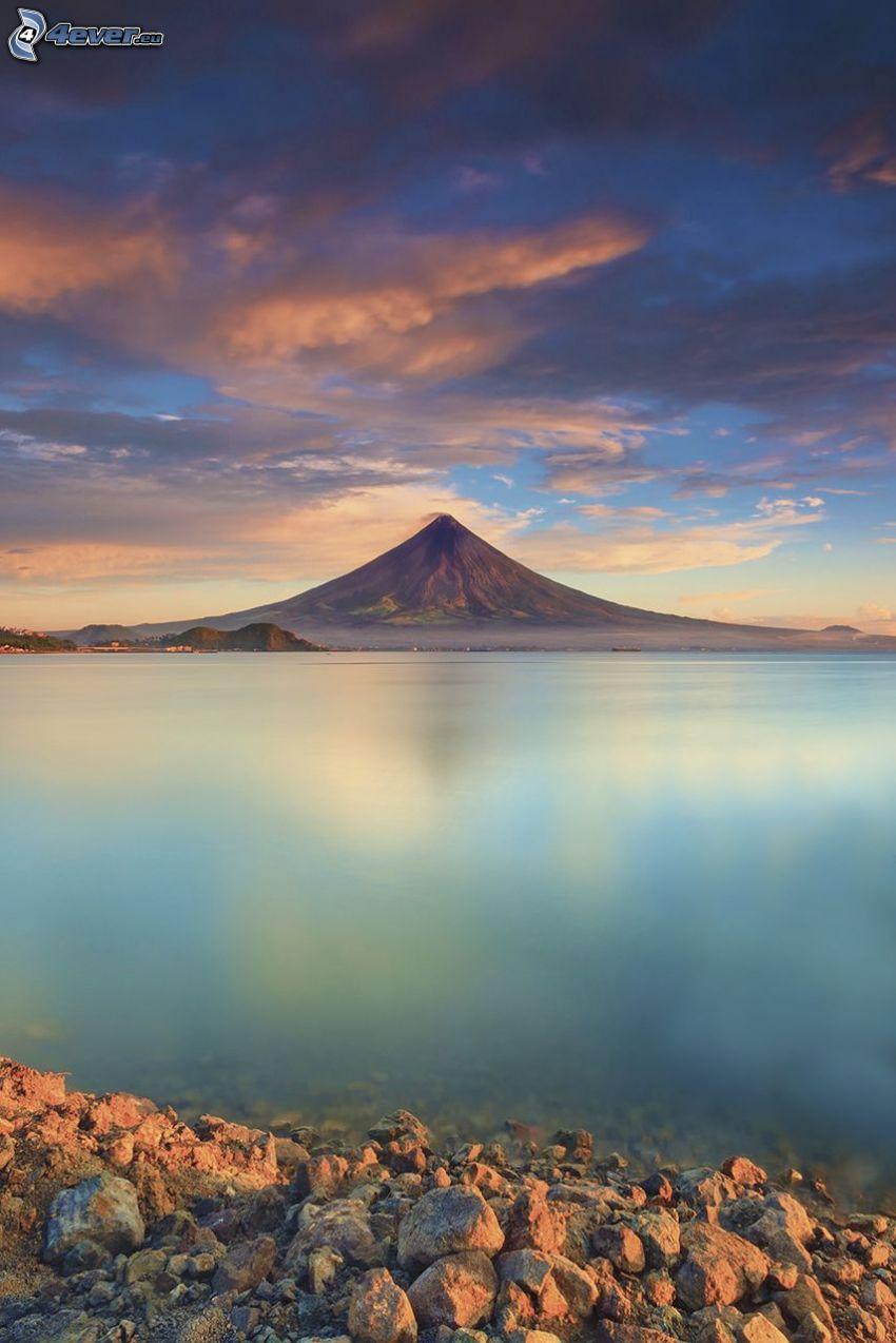 Mount Mayon, Filippine, mare, spiaggia pietrosa, cielo rosa