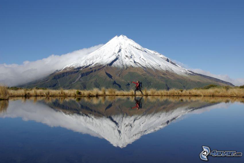 Taranaki, montagna innevata, riflessione, turista
