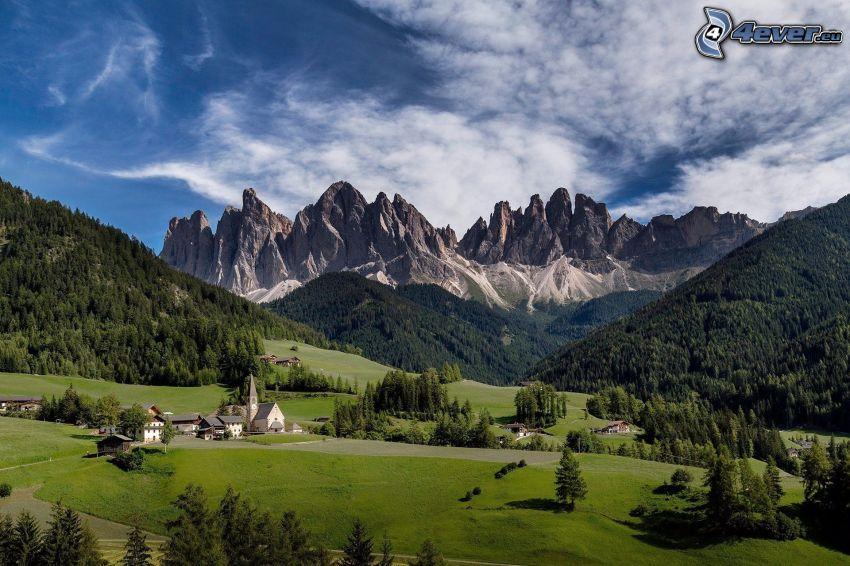 Val di Funes, villaggio, valli, bosco di conifere, montagne rocciose, Italia