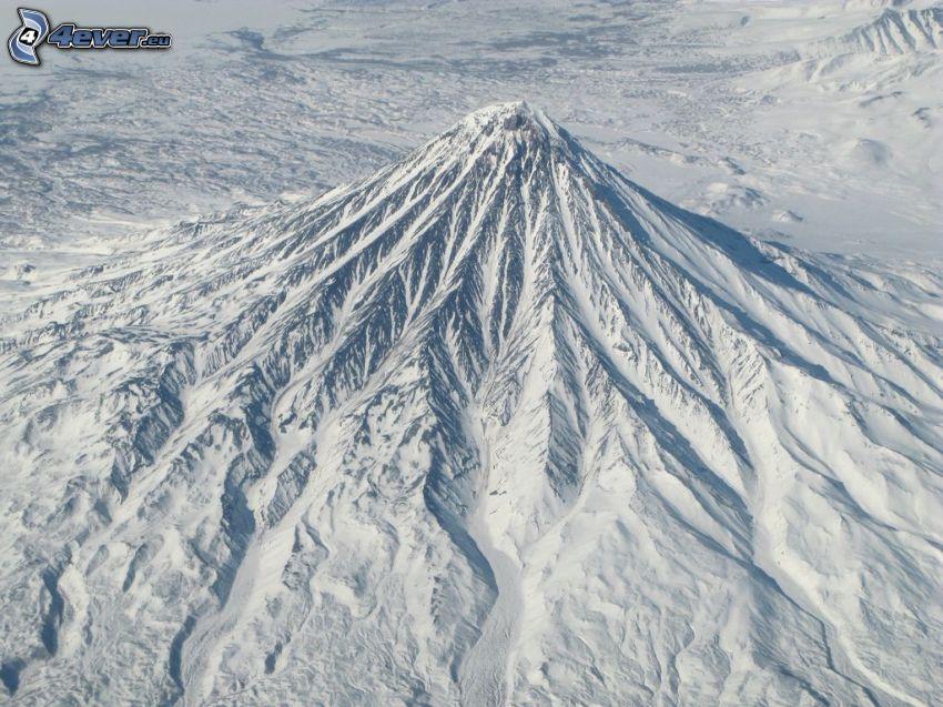 Volcano Kronockaja, montagna innevata